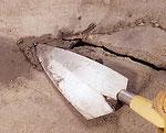 Как заделать трещины в цементном полу