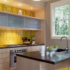 Кухня с ярко-желтым фартуком из плитки