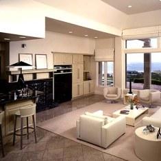 Дизайн гостиной с видом на море