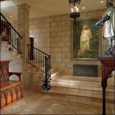 Классическая прихожая с картиной и кованой лестницей