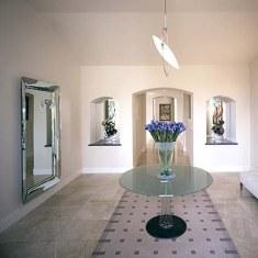 Дизайн гостиной с модным зеркалом и минимумом удобств