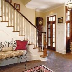 Спокойная прихожая с лестницей