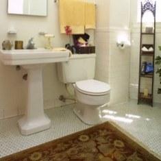 Маленькая ванная комната с ковром