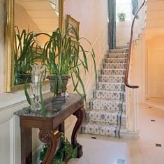 Дизайн холла с симпатичной лестницей