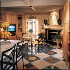 Дизайн гостиной со шкафами и камином