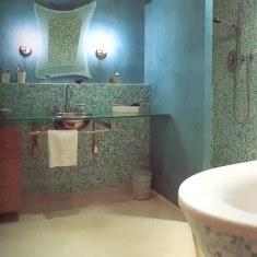 Интерьер ванной, выложенной мозаикой