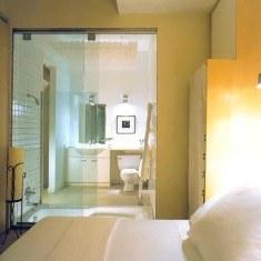 Дизайн ванной комнаты с прозрачной дверью