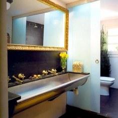 Дизайн ванной комнаты с золотой рамой