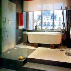 Дизайн ванной комнаты с эффектным видом из окна
