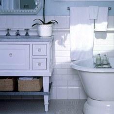 Интерьер ванной комнаты с частичной укладкой плитки