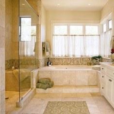 Дизайн ванной комнаты с окном в классическом стиле