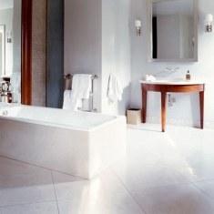Минималистский дизайн просторной ванной комнаты