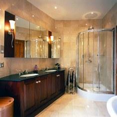 Бежевая ванная с душевой кабиной