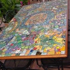 Дизайн садового столика из остатков плитки