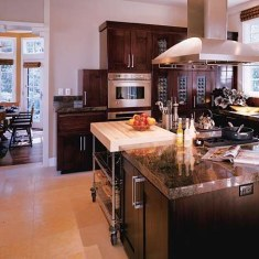 Дизайн кухни в загородном доме