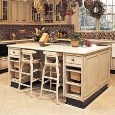 Дизайн просторной кухни с рабочей поверхностью посередине