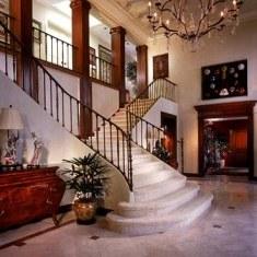 Дизайн холла в классическом стиле с кованой лестницей