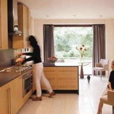 Дизайн кухни с огромным окном
