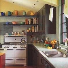 Дизайн кухни с навесными полками