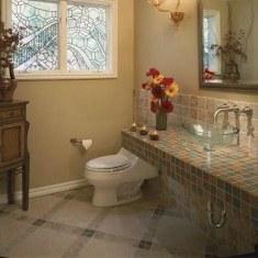 Дизайн ванной комнаты с витражами
