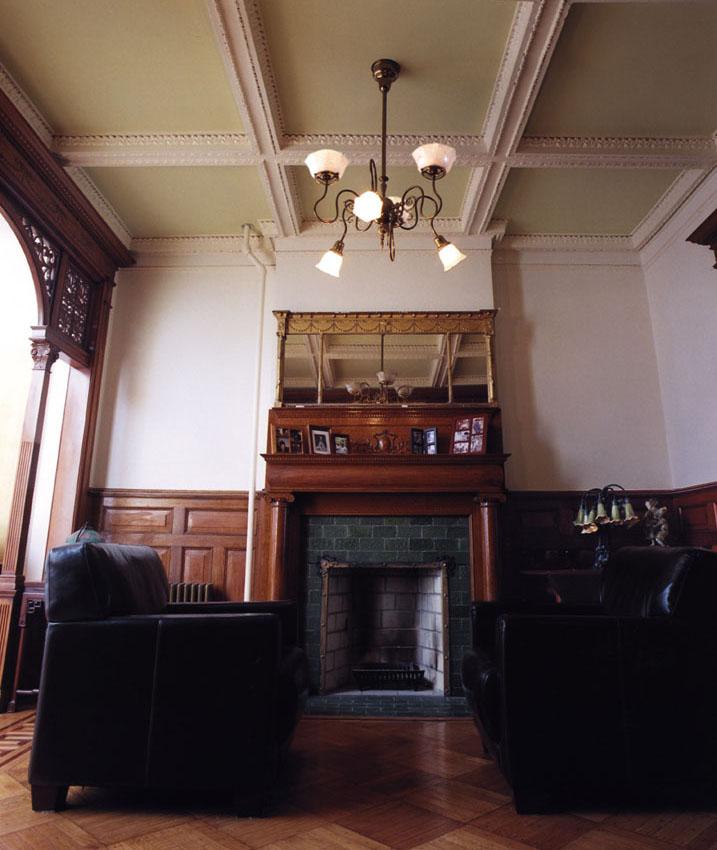 Дизайн камина в классической гостиной