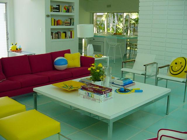 Дизайн гостиной в домике при бассейне