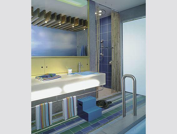 Разноцветная современная ванная комната