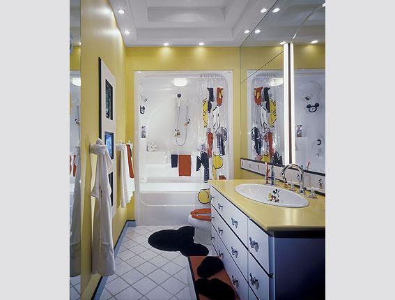 Желтая ванная в современной стиле. Фотография