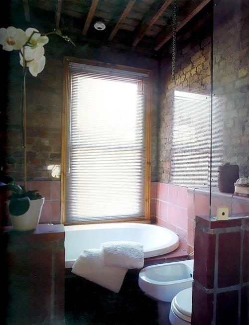 Дизайн маленькой ванной из кирпича и стекла