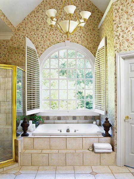 Интерьер ванной комнаты с обоями