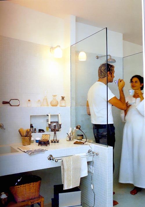 Дизайн ванны с идеальной столешницей для практичного человека.