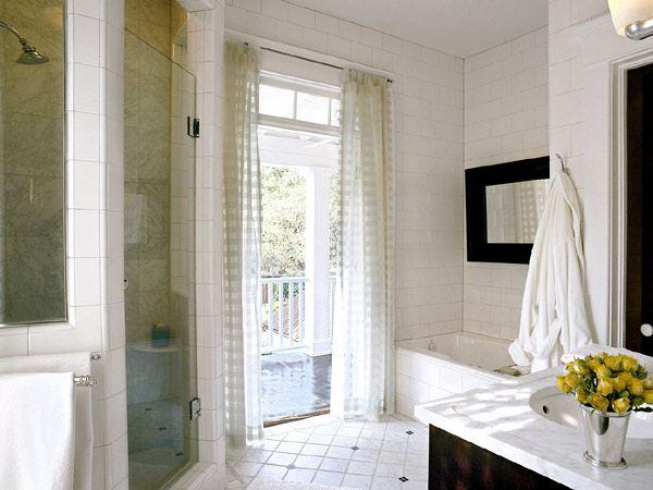 Фотография ванной комнаты с балконом