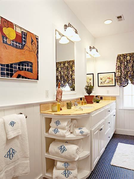 Интерьер ванной комнаты с картинами