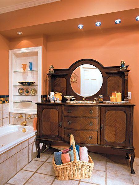 Старинный комод в ванной комнате
