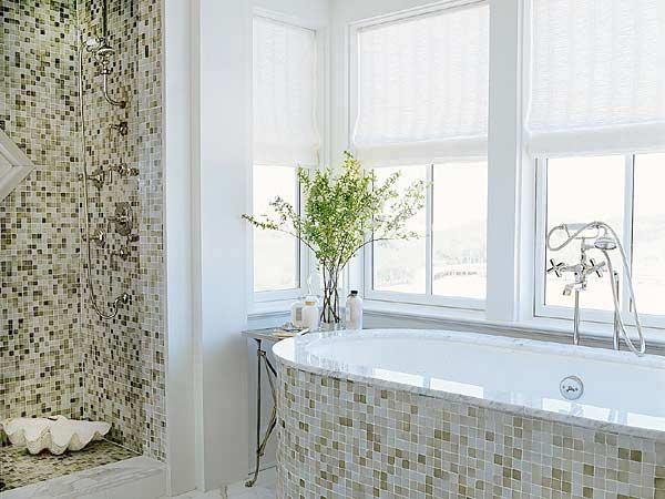 Светлая ванная комната для любителей мозаики
