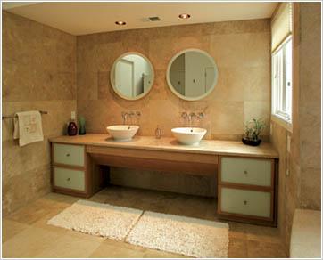 Главное достоинство ванной - стол :)