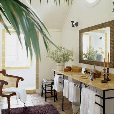 Дизайн просторной ванной с пальмой