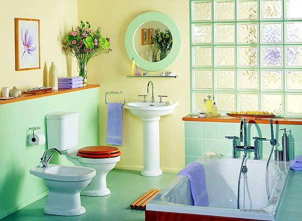 Симпатичная зеленая ванная со стеклоблоками