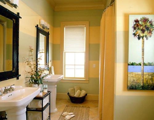 Ванная комната с пальмой и крашенными стенами