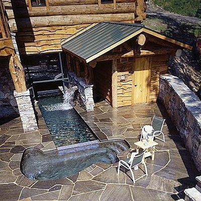 Каменный дворик с бассейном