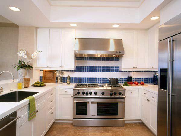 Дизайн кухни с белым фасадом