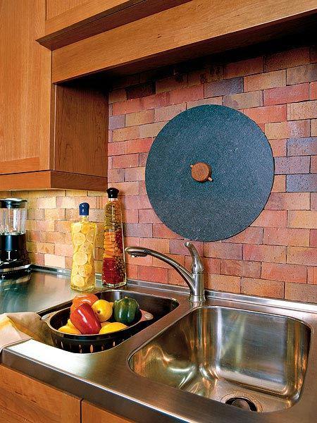 Фартук под кирпич для деревянной кухни
