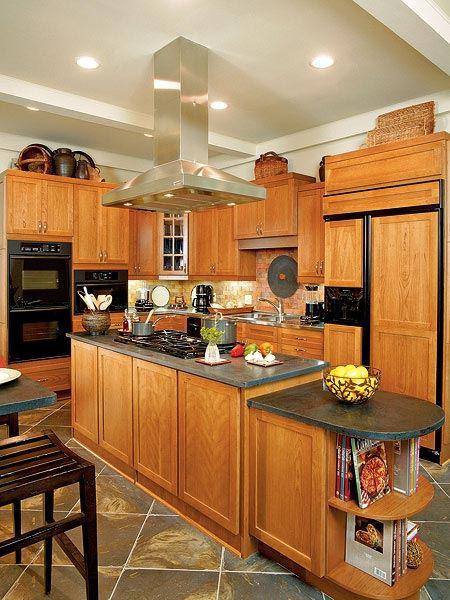Дизайн классической кухни с узким островом