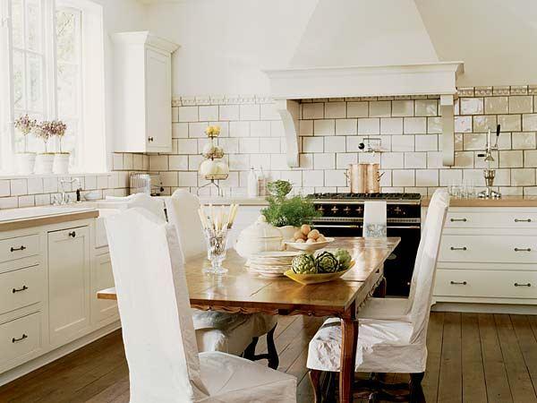 Интерьер классической кухни с фартуком из состаренной плитки