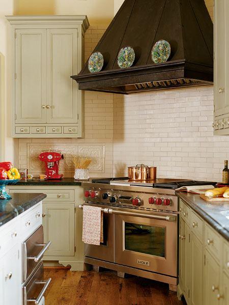 Интерьер классической кухни с фартуком под кирпичики