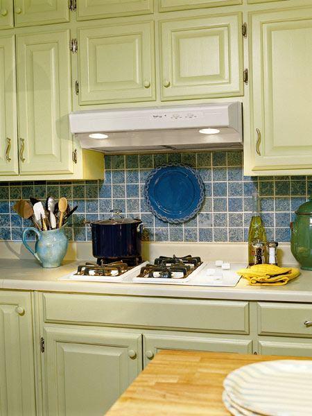Синяя плитка для фартука на кухне