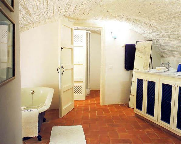 Просторная ванная почти без мебели