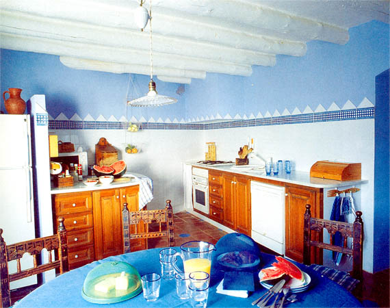 Голубая кухня с арбузом