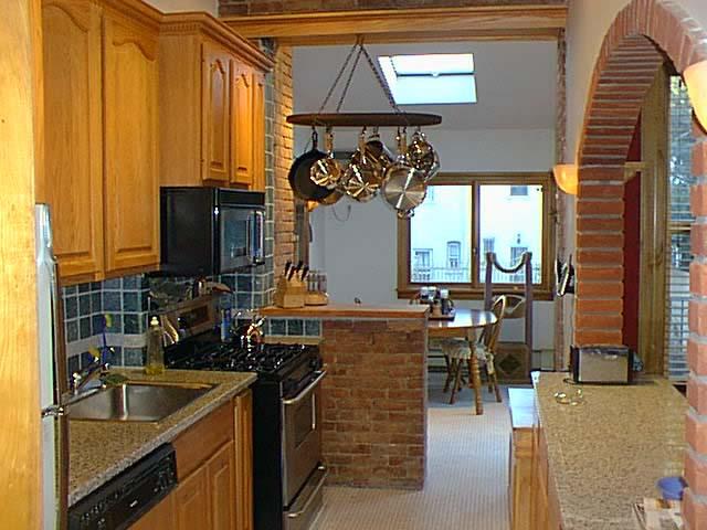 Интерьер кухни с аркой и барной стойкой