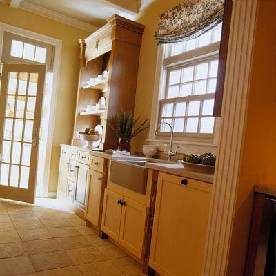Дизайн кухни при входе в дом
